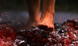 """Varias personas sufren quemaduras tras caminar sobre carbones ardiendo en una """"charla motivacional""""."""