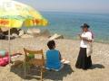 Sorella Clara Apostola della Parola mentre sta evangelizzando nella spiaggia.